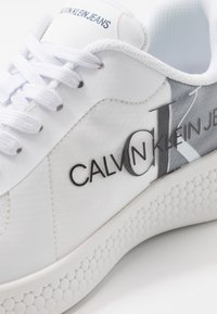 Calvin Klein Jeans - ADAMIR - Sneakers - white/navy - 5
