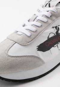 Calvin Klein Jeans - JOAM - Sneakersy niskie - white - 5