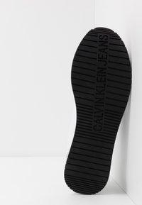 Calvin Klein Jeans - JOAM - Sneakersy niskie - white - 4