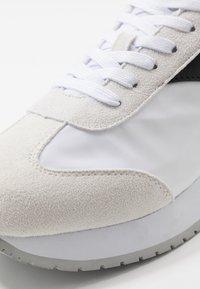 Calvin Klein Jeans - JERROLD - Sneakers - white/black - 5