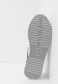 Calvin Klein Jeans - JERROLD - Sneakers - white/black - 4