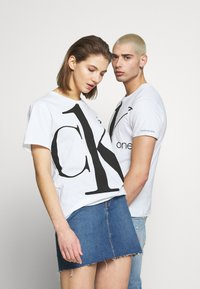 Calvin Klein Jeans - CK ONE BIG LOGO REGULAR  TEE - T-Shirt print - bright white - 4