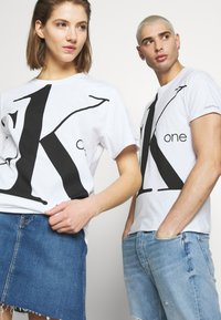 Calvin Klein Jeans - CK ONE BIG LOGO REGULAR  TEE - T-Shirt print - bright white - 3