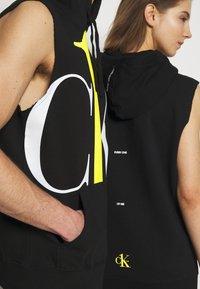 Calvin Klein Jeans - CK ONE BIG LOGO REGULAR SLEEVELESS HD - Sweater - black beauty - 5