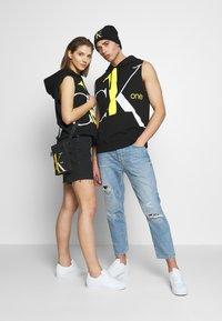 Calvin Klein Jeans - CK ONE BIG LOGO REGULAR SLEEVELESS HD - Sweater - black beauty - 1