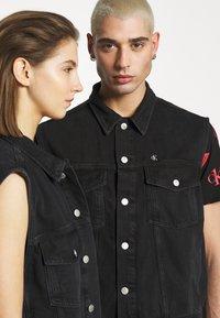 Calvin Klein Jeans - CK ONE OVERSIZED DENIM VEST - Weste - black stone - 6