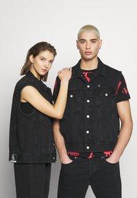 Calvin Klein Jeans - CK ONE OVERSIZED DENIM VEST - Weste - black stone - 0
