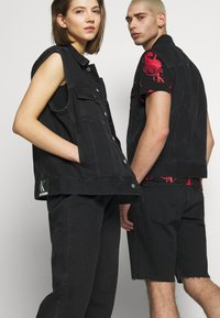 Calvin Klein Jeans - CK ONE OVERSIZED DENIM VEST - Weste - black stone - 4