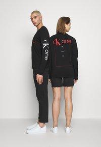 Calvin Klein Jeans - CK ONE ROSES REGULAR LS TEE - Longsleeve - black beauty - 2