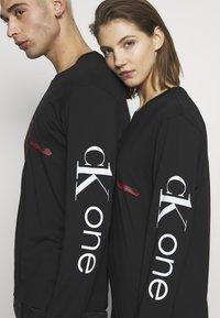 Calvin Klein Jeans - CK ONE ROSES REGULAR LS TEE - Longsleeve - black beauty - 5