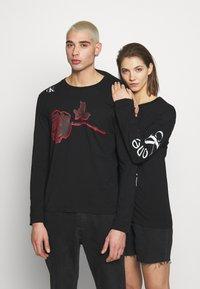 Calvin Klein Jeans - CK ONE ROSES REGULAR LS TEE - Longsleeve - black beauty - 0