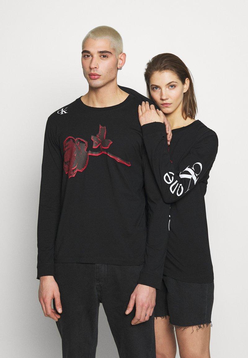 Calvin Klein Jeans - CK ONE ROSES REGULAR LS TEE - Longsleeve - black beauty