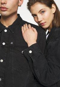 Calvin Klein Jeans - CK ONE OVERSIZED FOUNDATION DENIM JKT - Spijkerjas - black stone - 6