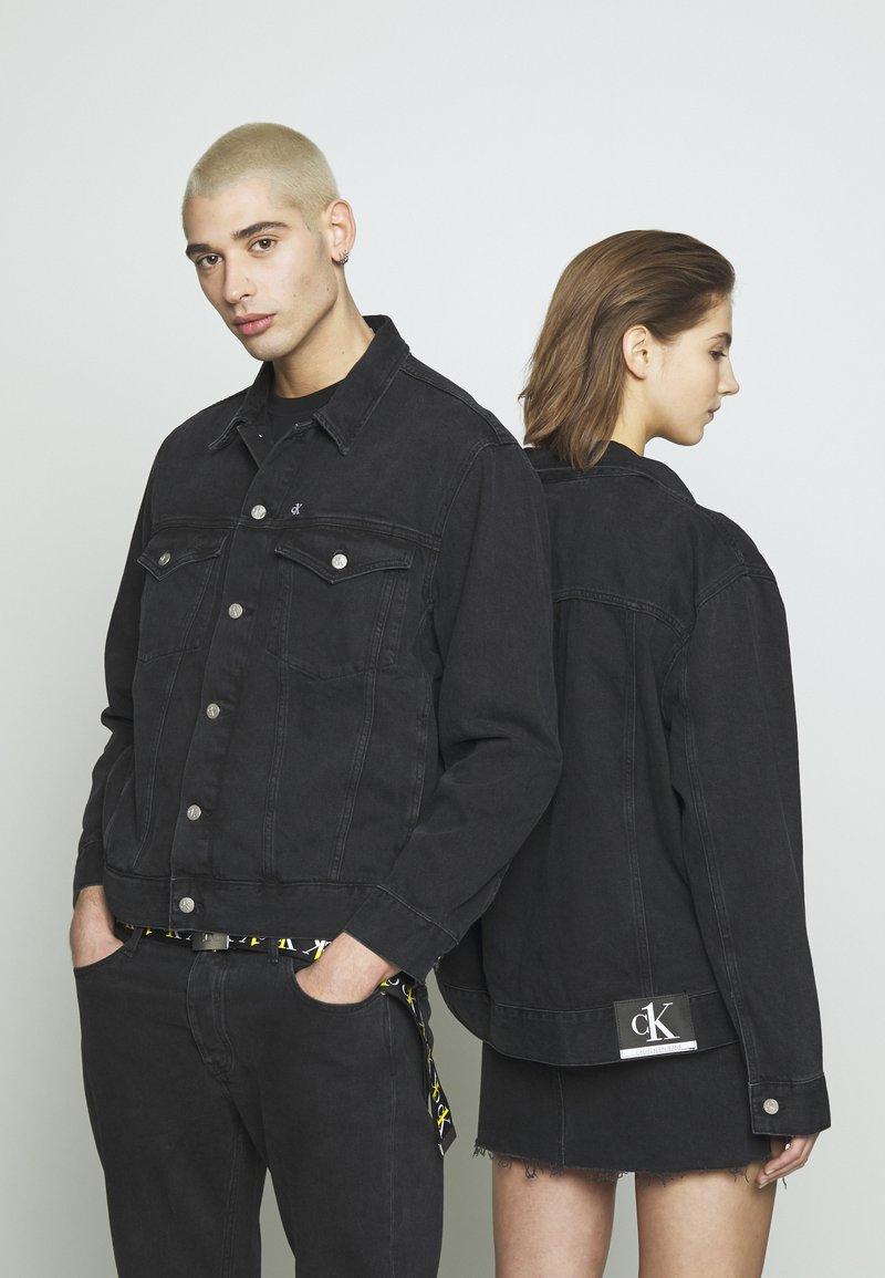 Calvin Klein Jeans - CK ONE OVERSIZED FOUNDATION DENIM JKT - Spijkerjas - black stone
