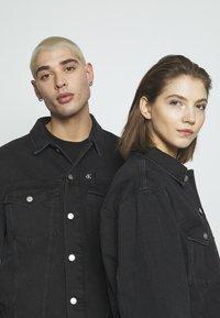 Calvin Klein Jeans - CK ONE OVERSIZED FOUNDATION DENIM JKT - Spijkerjas - black stone - 4
