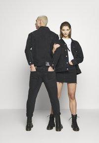 Calvin Klein Jeans - CK ONE OVERSIZED FOUNDATION DENIM JKT - Spijkerjas - black stone - 2
