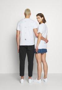 Calvin Klein Jeans - CK ONE ONE SMALL LOGO REGULAR TEE - T-shirt print - bright white - 2