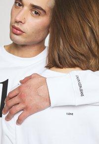 Calvin Klein Jeans - CK ONE LOGO REGULAR CREWNECK HWK - Sweater - bright white - 6