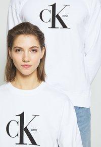 Calvin Klein Jeans - CK ONE LOGO REGULAR CREWNECK HWK - Sweater - bright white - 3