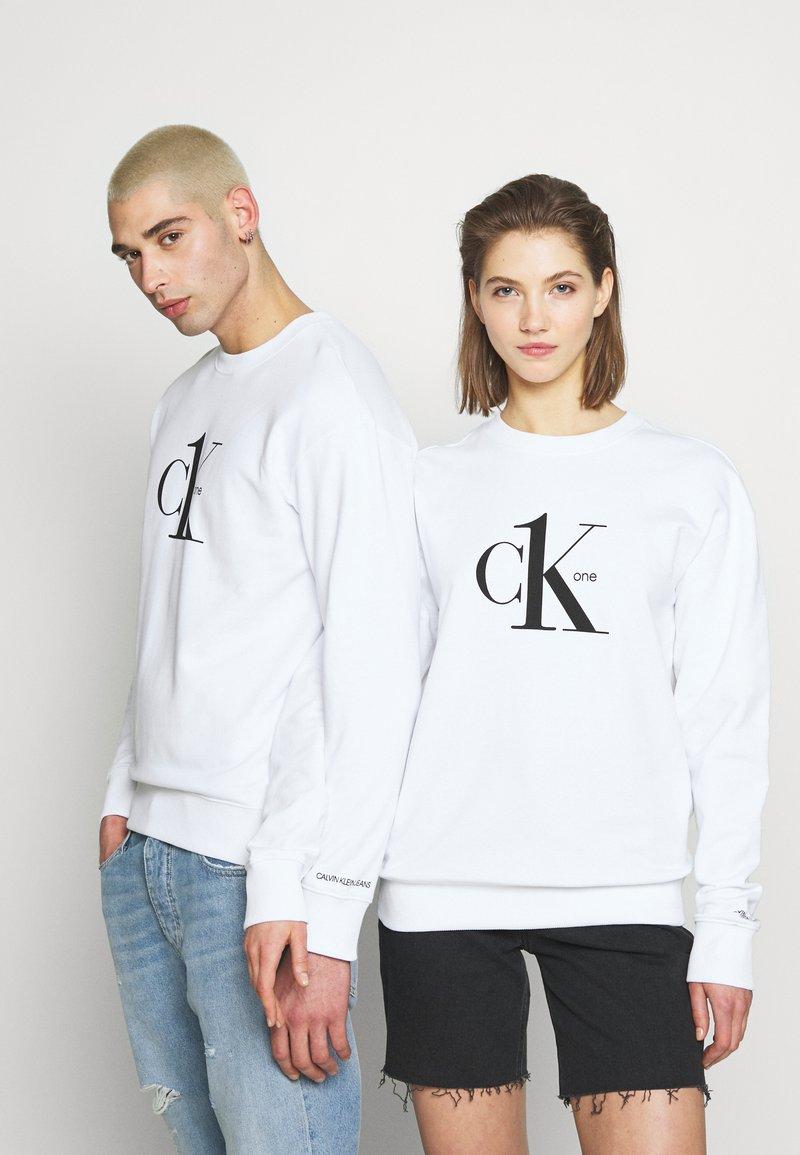 Calvin Klein Jeans - CK ONE LOGO REGULAR CREWNECK HWK - Sweater - bright white