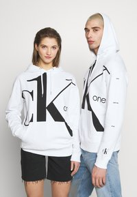 Calvin Klein Jeans - CK ONE BIG LOGO REGULAR HOODIE - Hoodie - bright white - 0