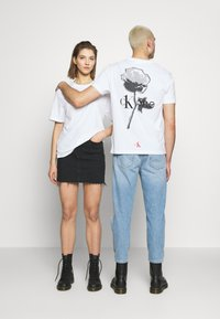 Calvin Klein Jeans - CK ONE ROSE LOGO RELAXED  TEE - T-shirt print - bright white - 0
