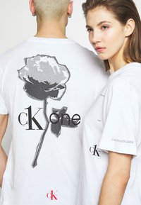 Calvin Klein Jeans - CK ONE ROSE LOGO RELAXED  TEE - T-shirt print - bright white - 6