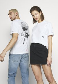 Calvin Klein Jeans - CK ONE ROSE LOGO RELAXED  TEE - T-shirt print - bright white - 4