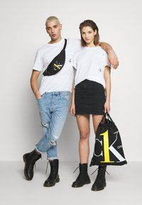 Calvin Klein Jeans - CK ONE ROSE LOGO RELAXED  TEE - T-shirt print - bright white - 1
