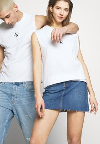 Calvin Klein Jeans - CK ONE SMALL LOGO REGULAR SLS TEE - Top - bright white - 3