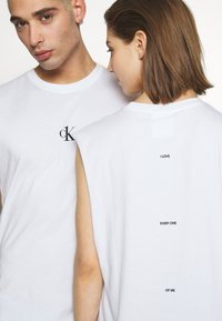 Calvin Klein Jeans - CK ONE SMALL LOGO REGULAR SLS TEE - Top - bright white - 5