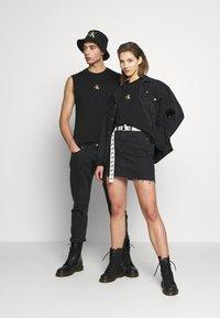 Calvin Klein Jeans - CK ONE SMALL LOGO REGULAR SLS TEE - Top - black beauty - 1