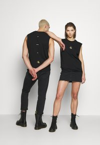 Calvin Klein Jeans - CK ONE SMALL LOGO REGULAR SLS TEE - Top - black beauty - 2
