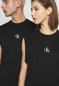 Calvin Klein Jeans - CK ONE SMALL LOGO REGULAR SLS TEE - Top - black beauty - 5