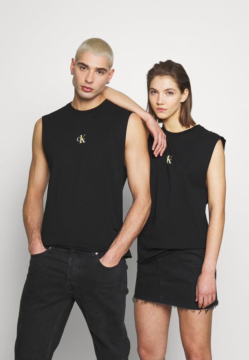 Calvin Klein Jeans - CK ONE SMALL LOGO REGULAR SLS TEE - Top - black beauty
