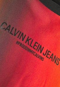 Calvin Klein Jeans - ALLOVER BLUR ELONGATED TEE UNISEX PRIDE - T-shirt con stampa - rainbow blur - 2