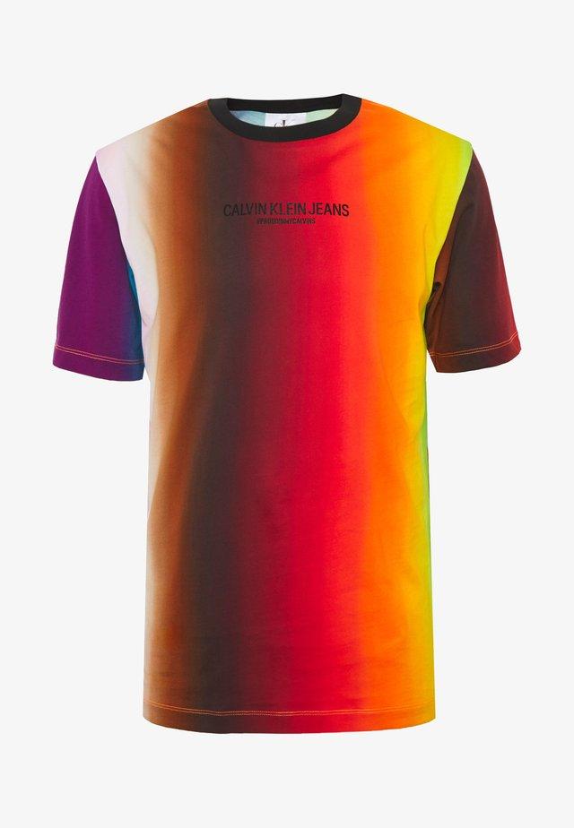 ALLOVER BLUR ELONGATED TEE UNISEX PRIDE - T-shirt imprimé - rainbow blur
