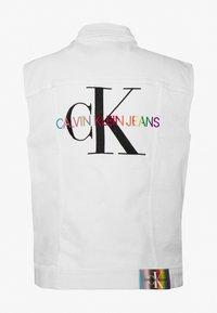 Calvin Klein Jeans - DENIM VEST UNISEX PRIDE - Smanicato - white - 1