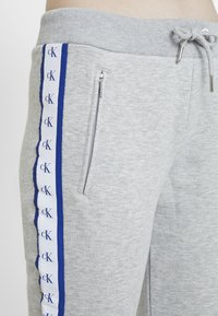 Calvin Klein Jeans - MONOGRAM TAPE PANTS - Tracksuit bottoms - light grey heather - 4