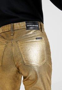 Calvin Klein Jeans - HIGH RISE SLIM - Jean slim - metallic gold - 4