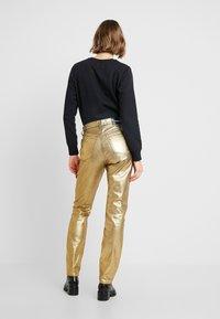 Calvin Klein Jeans - HIGH RISE SLIM - Jean slim - metallic gold - 2