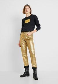 Calvin Klein Jeans - HIGH RISE SLIM - Jean slim - metallic gold - 1