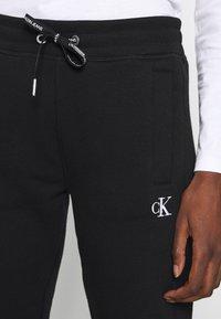 Calvin Klein Jeans - EMBROIDERY JOGGING PANTS - Joggebukse - black - 4