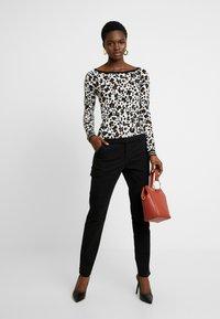 Calvin Klein Jeans - CARGO PANTS - Spodnie materiałowe - ck black - 1