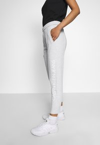 Calvin Klein Jeans - INSTITUTIONAL PANT - Tracksuit bottoms - light grey heather - 2