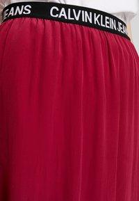 Calvin Klein Jeans - LOGO ELASTIC MIDI SKIRT - Maxikjol - beet red - 4