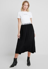 Calvin Klein Jeans - LOGO ELASTIC MIDI SKIRT - Maxi sukně - black - 2