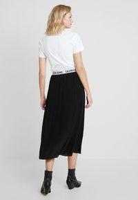 Calvin Klein Jeans - LOGO ELASTIC MIDI SKIRT - Maxi sukně - black - 3