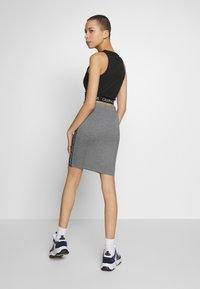 Calvin Klein Jeans - MILANO LOGO SKIRT - Pouzdrová sukně - mid grey heather - 2