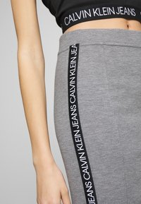 Calvin Klein Jeans - MILANO LOGO SKIRT - Pouzdrová sukně - mid grey heather - 4